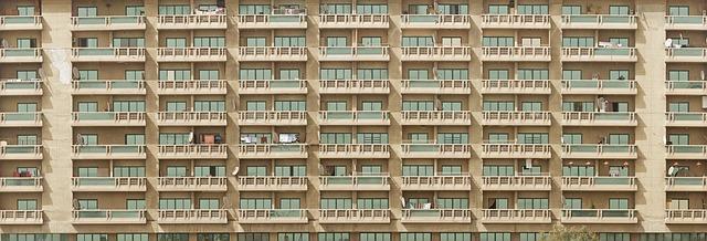 budova s balkony