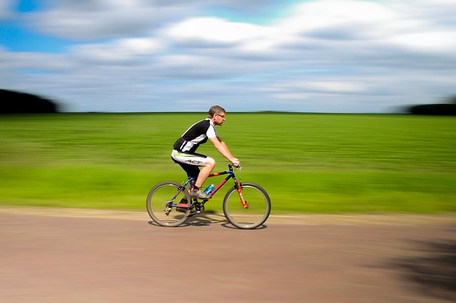 cyklista u pole.jpg